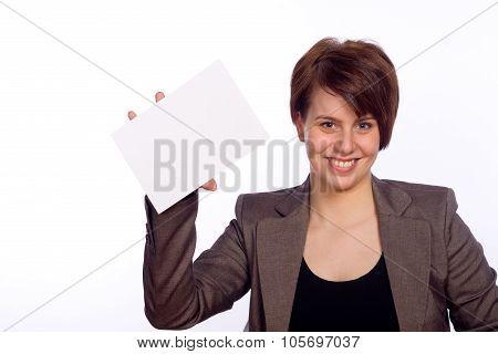 Frau hält ein weißes Schild in der Hand