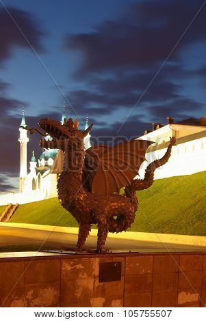 Metal Sculpture Of Zilant, The Official Symbol Of Kazan, On The Background Of The Kazan Kremlin Kul