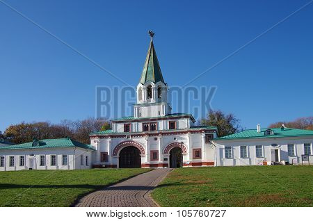 Moscow, Russia - October 21, 2015: Autumn Day In The Kolomenskoye Estate