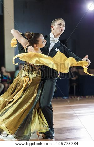 Minsk, Belarus-september 27, 2015: Unidentified Professional Dance Couple Performs Youth Standard Pr