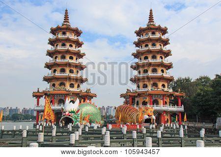 Kaohsiung, Taiwan - November 17,2014: Tourists At Dragon And Tiger Pagodas At Lotus Pond, Kaohsiung,