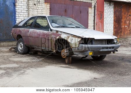 the old broken rusty car without wheels
