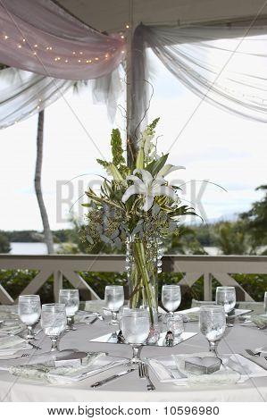 Cenário de mesa com flores e abrir a janela