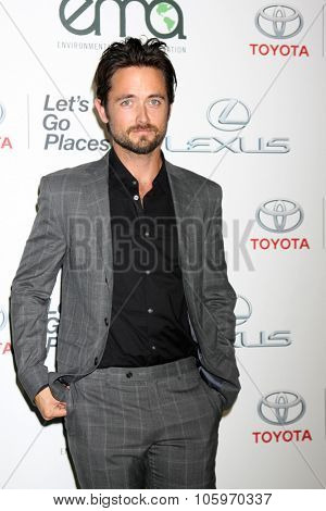 LOS ANGELES - OCT 24:  Justin Chatwin at the Environmental Media Awards 2015 at the Warner Brothers Studio Lot on October 24, 2015 in Burbank, CA