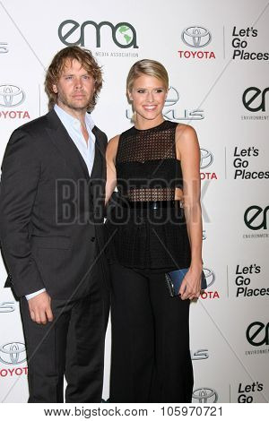 LOS ANGELES - OCT 24:  Eric Christian Olsen, Sarah Wright Olsen at the Environmental Media Awards 2015 at the Warner Brothers Studio Lot on October 24, 2015 in Burbank, CA