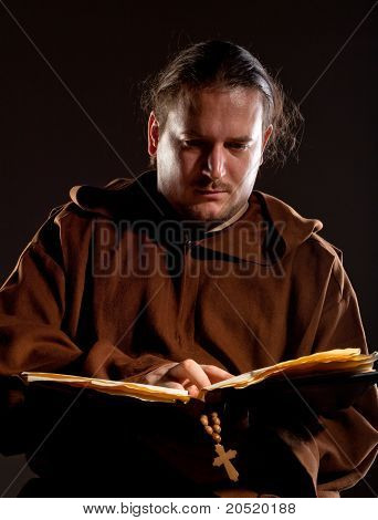 Monge lendo a Bíblia