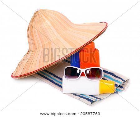 Equipo de protección UV para felices fiestas. Gafas de sol, crema de sol y sombrero.