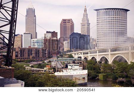 Nave grande en el río Cuyahoga