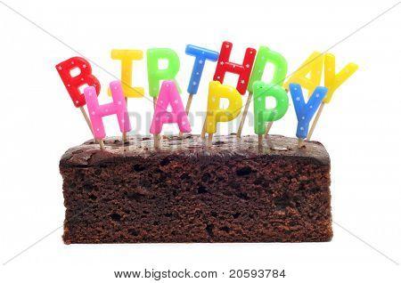 um bolo de aniversário com velas formando o aniversário feliz frase sobre um fundo branco