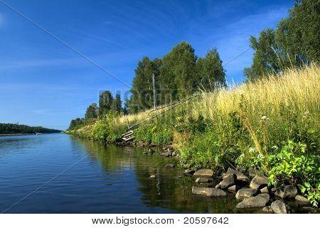 Orilla del río contra el cielo azul profundo
