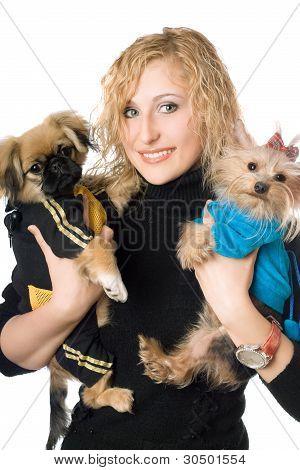 Porträt von lächelnd schöne Blondine mit zwei Hunden. isoliert