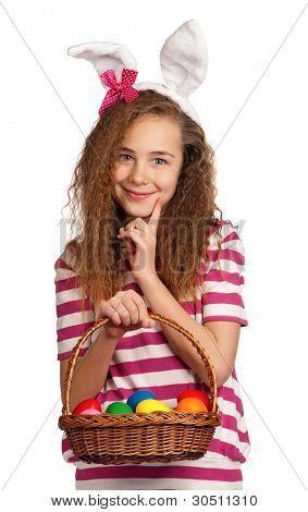 happy Girl mit Häschenohren, hält Korb mit Eiern isoliert auf weißem Hintergrund