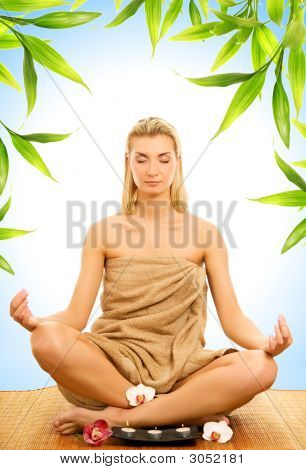 Schöne junge Frau, meditieren
