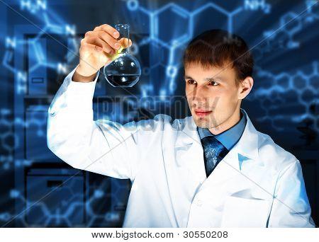 Jovem químico em laboratório