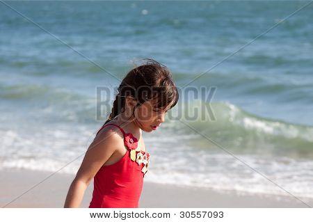 Niña relajante por el océano