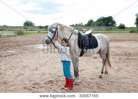 Niña listo para una lección de equitación