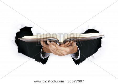 Geschäftsmann, der ein Buch hält