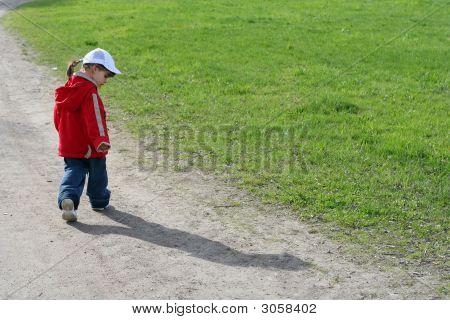 Niña y su sombra en el camino de Spring Park