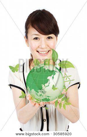 Bella joven manos sosteniendo la ecología. Retrato de mujer asiática.