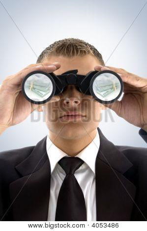 Hombre de negocios exitoso mirando en moneda
