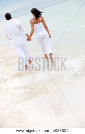 Pareja de la playa caminando