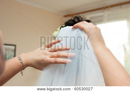 dressing the wedding veil