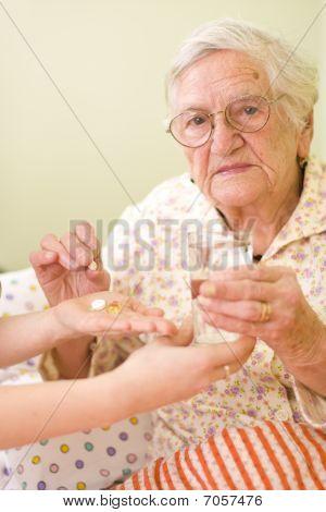 Medikamente für eine alte Frau