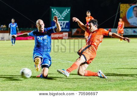 Sisaket Thailand-august 13: Gorka Unda Of Sisaket Fc. (orange) Shooting Ball During Thai Premier Lea