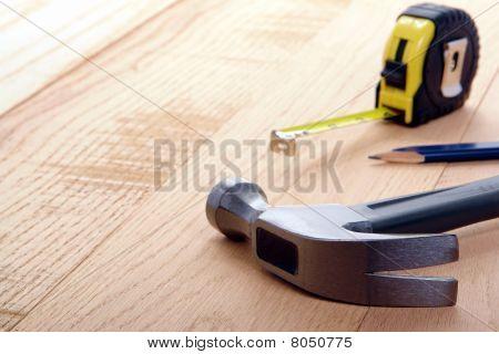 Schreinerei Tools mit Hammer und einem Maßband