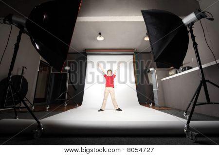 Innere des professionellen Foto Studio Boy in red Shirt stehen auf weißem Hintergrund