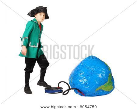Little Boy in historischen Kleid Pumpen aufblasbare Globe isoliert