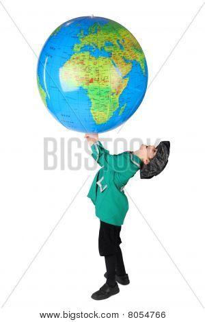 Menino em histórico vestido segurando o globo inflável grande sobre sua cabeça lado vista isolada