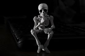 foto of thinkers pose  - A skeleton sitting pose as a thinker - JPG