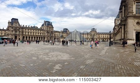 people around the Louvre