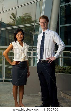 Männlich weiblich Business Leute Bürogebäude vertikal