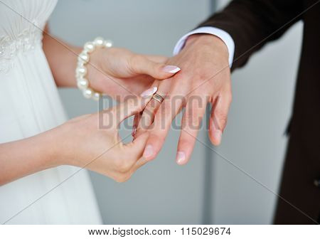 Bride Wears A Gold Ring To The Groom Wedding