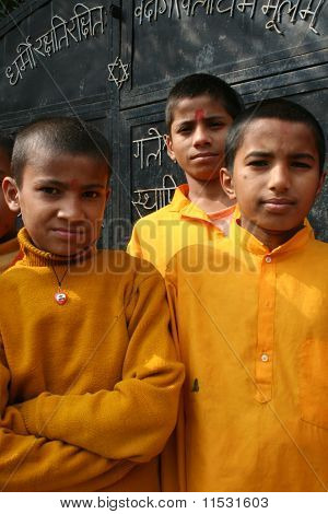 Alegres estudantes Devghat, no Nepal.
