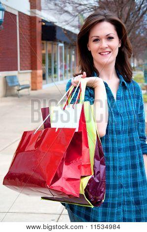 Hübsche junge Frau auf Kaufrausch