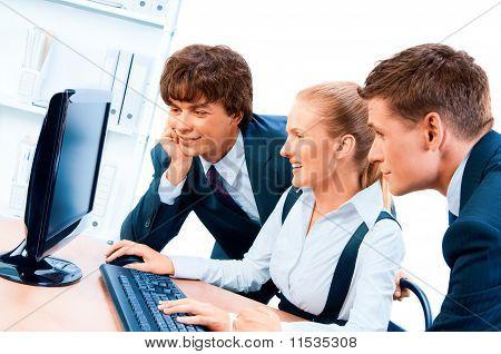 Drei junge erfolgreiche Geschäftsleute. Schirm hat einen Beschneidungspfad.