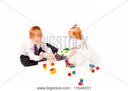 a pigeon pair play with blocks