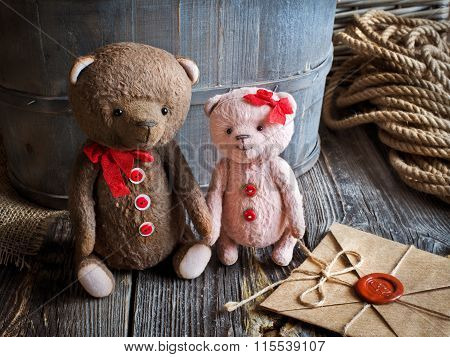 Teddy bears couple holding hands