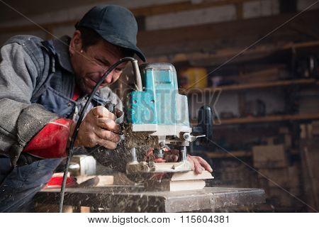 Carpenter manual milling machine processes the wood element