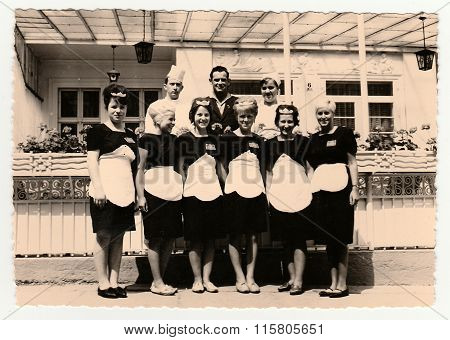 Vintage photo shows hotel staff in front of hotel