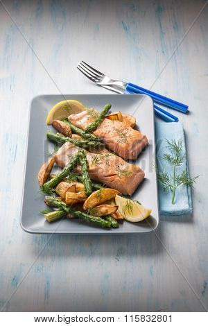 grilled salmon with potatoes and asparagus