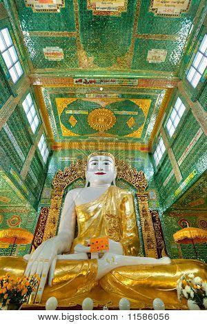 Buda gigante en la colina de Sagaing, Mandalay, Myanmar.
