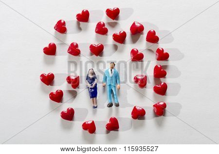 Figurines couple and red hearts