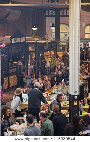 The Crowded Food Hallen