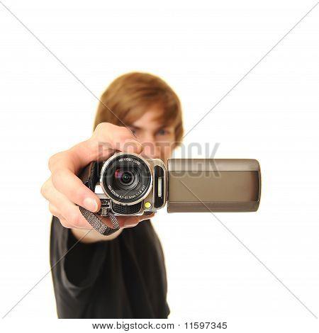 Junger Erwachsener mit Camcorder
