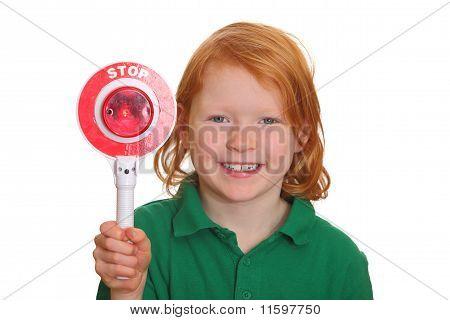 Menina mostra sinal de parada