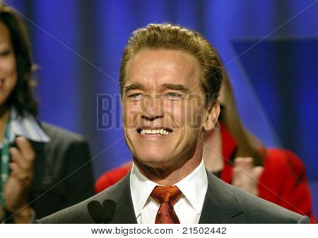 LONG BEACH - 7 de dezembro: Arnold Schwarzenegger, o governador da Califórnia na conferência sobre as mulheres e Famil
